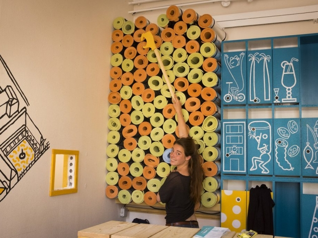 A la reception : petits casiers et tapis de sol - At the desk : small lockers and floor mats