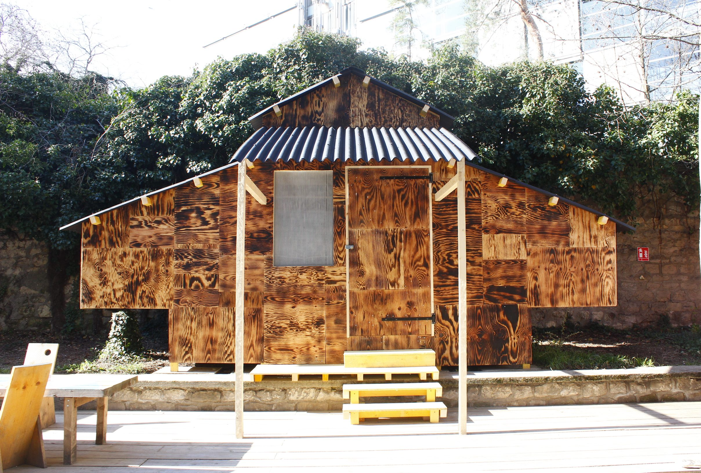 La cabane en bois toasté construite par Cabanon vertical