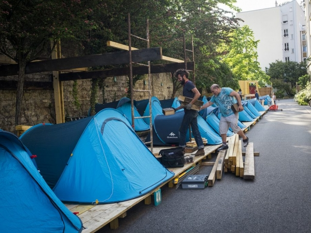 Tentes et cabane en construction - Tents and a cabin being built